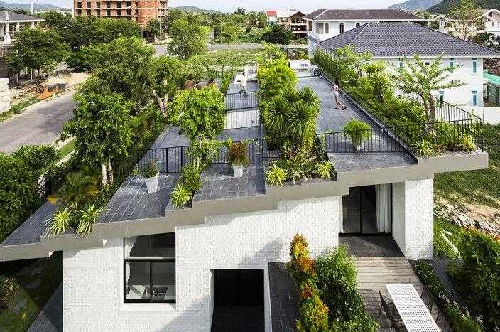 作为一种立体绿化的形式,屋顶绿化也有它自己本身的发展历程,它并不是现代建筑发展的产物,更不是现代园林中新出现的绿化形式,它的历史可以追溯到距今4000年以前。   从现在的史料来看,历史上第一个人造屋顶花园大概当推古美索不达米亚的金字形神塔,它从公元前4000年开始建造,一直延续到公元前600年。这些金字形神塔一般坐落于大城市神庙的庭院内,建于高台之上,用石头砌成,成大型阶梯状金字塔形。从神塔外沿螺旋形上升的阶梯可以登上神塔顶部。据英国考古学家伍利.